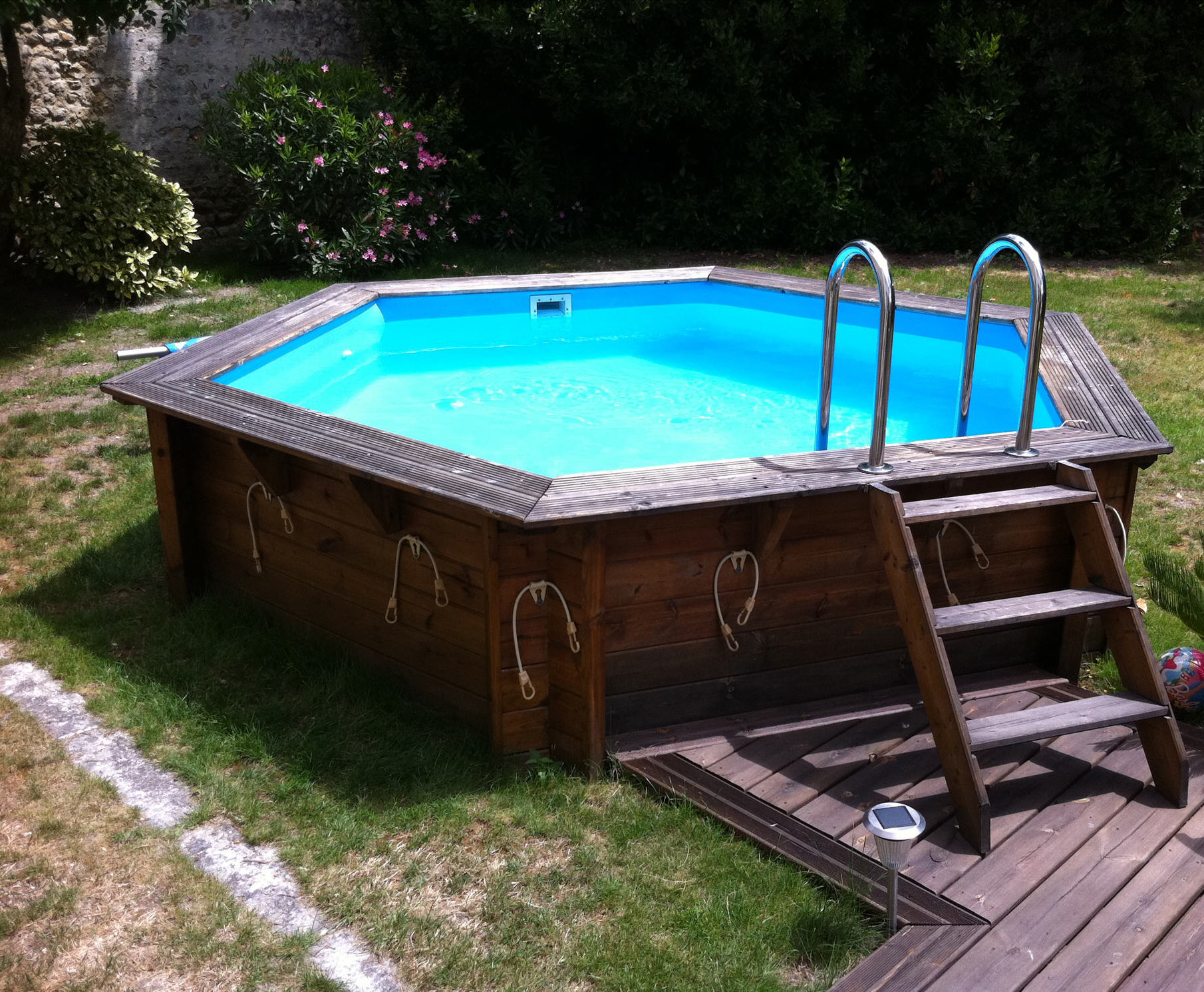 Piscine hors sol promo for Piscine semi enterree bois hexagonale