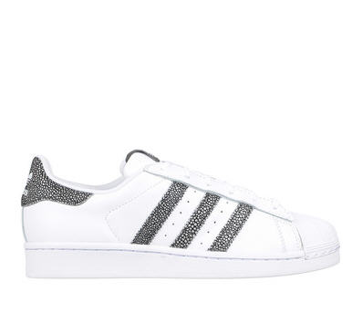 baskets blanches cuir superstar adidas originals d tail tachet baskets femme monshowroom. Black Bedroom Furniture Sets. Home Design Ideas