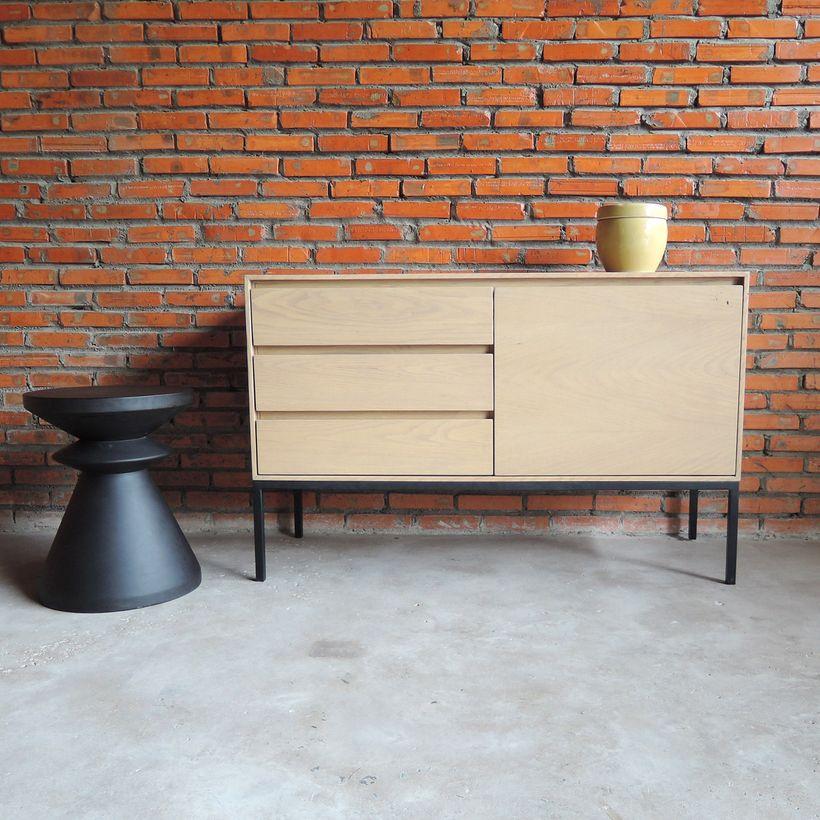 Buffet en chêne Soho Arne Lykke pieds métal noir mat 1 porte 3 tiroirs