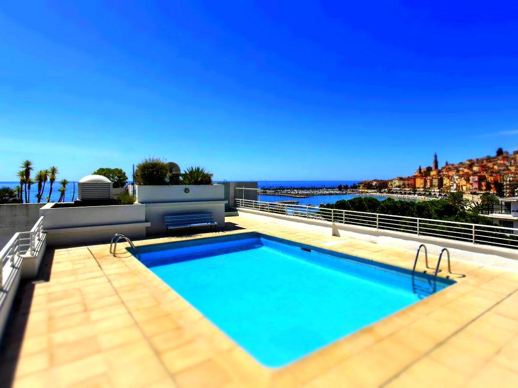 Abritel Location Menton - Magnifique appartement en bord de mer avec piscine sur le toit