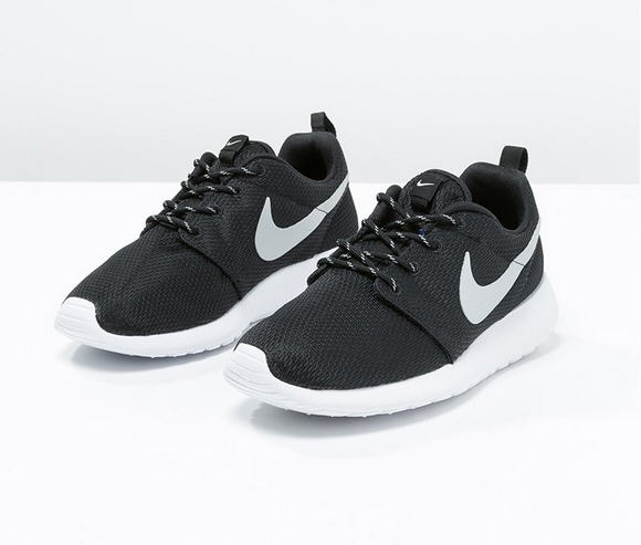 nike sportswear rosherun baskets basses black metallic platinum white zalando ventes pas. Black Bedroom Furniture Sets. Home Design Ideas